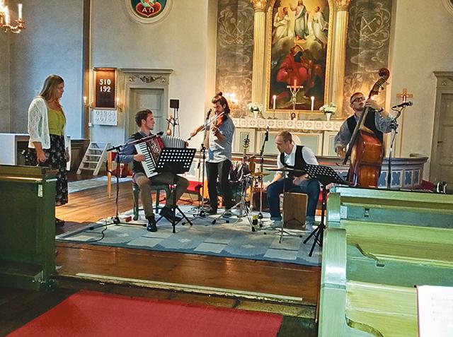 De fem ungdomarna i Hemvändarna, Lisa Johansson, Jakob Gustafsson, Gustaf Lennman, Martin Erstrand och Axel Jensen, bjöd på folkmusik som avslutning som årets Sommarmusik.