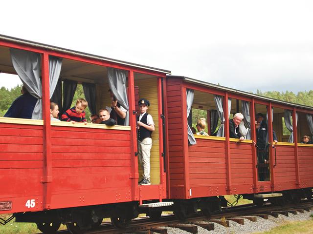 Tåget ska strax avgå och konduktören/biljettgranskaren Magnus Dahl är redo.