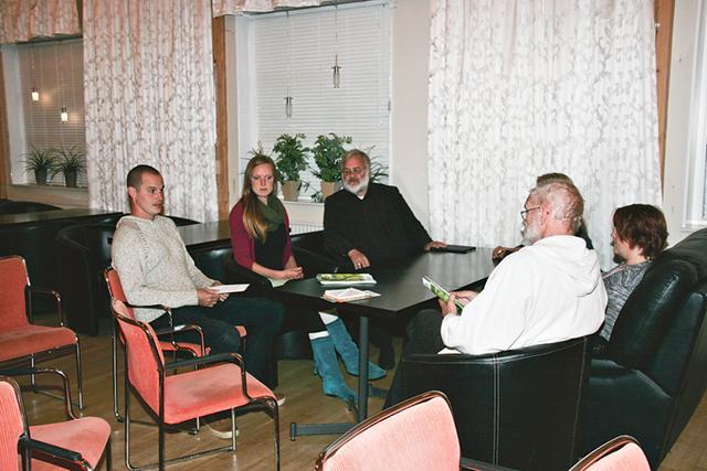 Deltagarna i kvällens möte ryms runt ett bord. Från vänster David och Liga Appelgren, Roger Silfver, Michael Ernst, Annicki Oscarsson (skymd) och Åsa Karlsson.