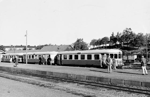 Lions arrangerade ett sista utflykttåg till Valdemarsvik. Här ses en del av rälsbusståget på Norrköping Östra före avfärden.