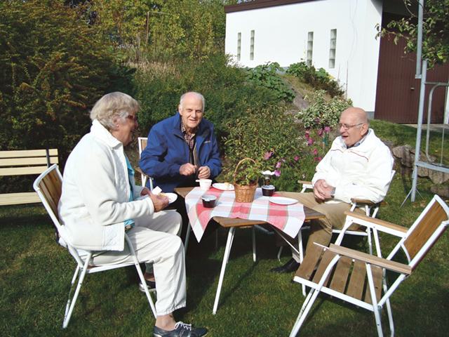 Margareta Johanssons kaka utsågs till dagens godaste äppelprodukt. Hon njuter av kaffet tillsammans med Per-Olov Turesson och maken Stig.