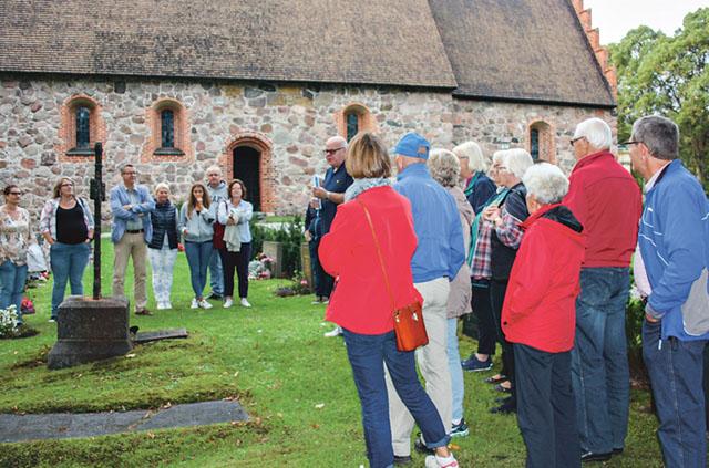 Magnus Edlund inledde Kulturgravvandringen med att berätta historien om Gustaf Harling som var föreståndare för den klädesfabrik som fanns vid den tiden i Åtvidaberg vid vars grav deltagarna samlats.