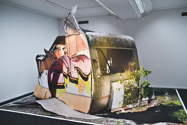 Into the wild. Konstnären Andreas Johanssons husvagn i förfall är symbolen för en tid av oerhörd framtidstro där alla ska få det bättre och inga miljöproblem finns.intresse inskannade bilder.