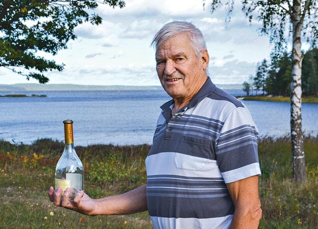 Det var med stor förvåning Rolf hittade en flaska med post och han efterlyser nu skribenten för att låta meddela att flaskposten är upphittad