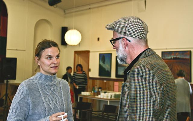 Elin Redin och Olle Schmidt samtalar.