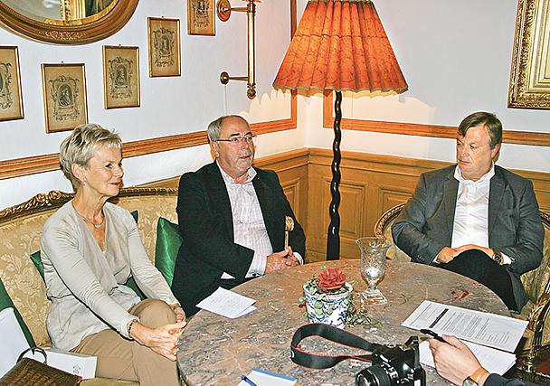 Elisabeth Nilsson, Anders Hedeborg och Björn Andersson håller presskonferens.
