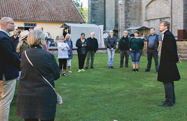 Guideföreningens ordförande Per Jonsson samlar en grupp intresserade till vandring i glömda kyrkorum.