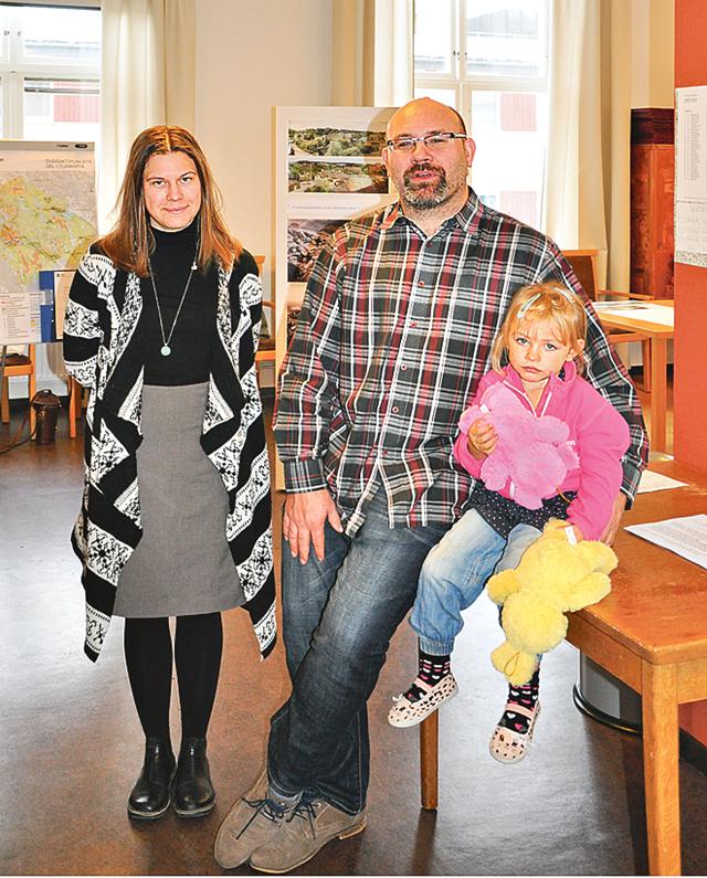 Anna Karlin, planarkitekt, Mikael Henriksson, verksamhetschef för samhällsplanering och kommunikation, och hans dotter Linnea.