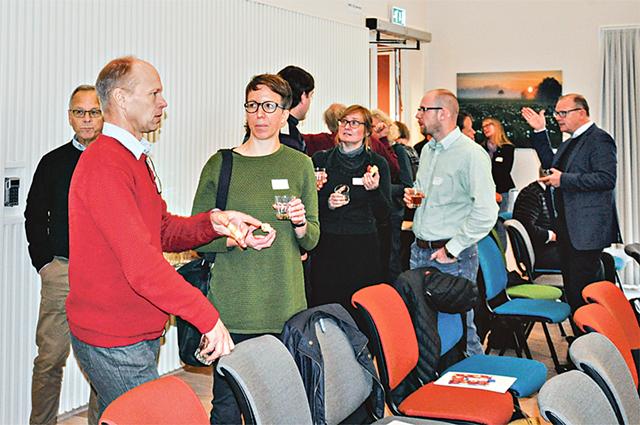 Seminariet om nya sätt att odla hölls på Vreta Kluster. Pausen bjöd på mingel och möjlighet till egna diskussioner.