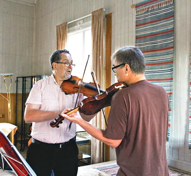 Peter Berry och Sten Askling spelade melodier nedtecknade av Abraham Hagholm (1811- 1890), speleman och lärare från Godegård.