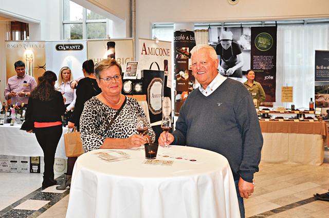 Gunnar och Marianne Svensson såg sig runt först innan de hade bestämt sig för att smaka ett vin. Det var ett gott val.