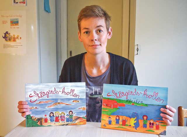 Författaren och illustratören Elin Söderholm med sina böcker om Skärgårdstrollen. Den första gavs ut 2009, den andra helt nyligen och den handlar om farvattnen kring Kallsö där hon och sambon Emil tidigare bott.