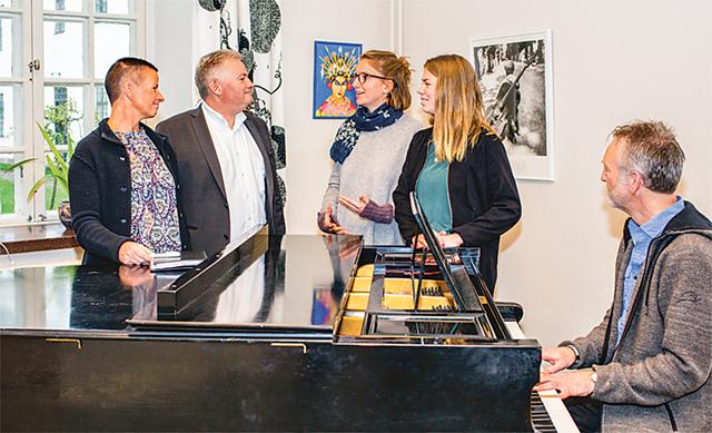 Vadstena Sparbank är med 200 000 kronor den privata aktör som bidrar mest för att rädda musiklinjen. Musiklinjens ledare Anna-Carin Strand, till vänster, i sällskap med sparbankens vd Mikael Engdahl, sångeleverna Josefine Mindus och Alice Störholt samt läraren Anders Düring vid flygeln.