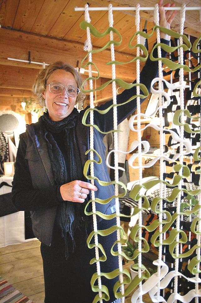 Lena Karin Grip är formgivare och konsthantverkare med högkvalitativ och miljömärkt ull som material. En rumsavskiljare är en av många produkter hon skapat.