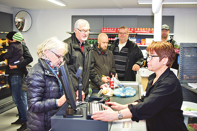 Östra Rydsborna är initiativrika. Först kom Q-starmacken, sedan kom bredband till byn och nu en mataffär med café. Det var ständig kö under öppningsdagen den 19 november.