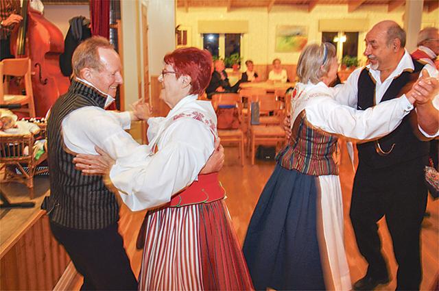 Dansglädjen var stor i Vidarlokalen.